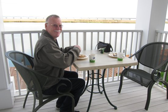 Hampton Inn and Suites Chincoteague-Waterfront : Breakfast by the water.