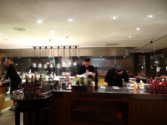 cuisine ouverte photo de paris budapest bar and restaurant budapest tripadvisor. Black Bedroom Furniture Sets. Home Design Ideas
