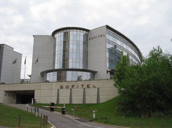 Sofitel Luxembourg Europe: l'hôtel vue de la route