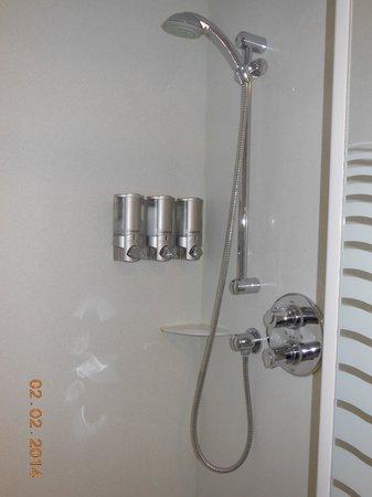 Holiday Inn Express Braintree: Shower