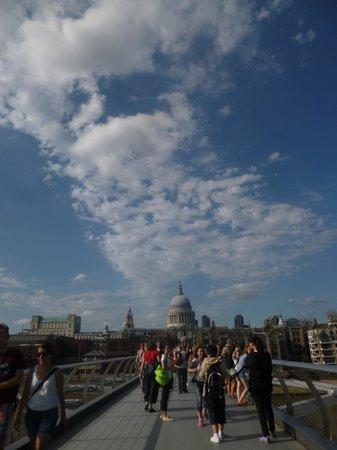 Thames River: The millenium bridge