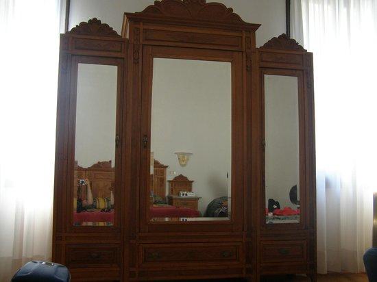 Hotel alla Fava: Mueble donde guardar ropa