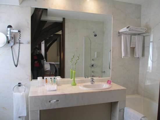 Crowne Plaza Brugge: spacious washroom