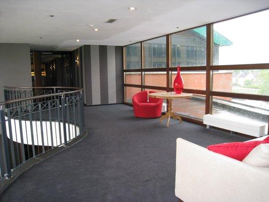 Van der Valk Hotel Maastricht : couloir qui mène au spa