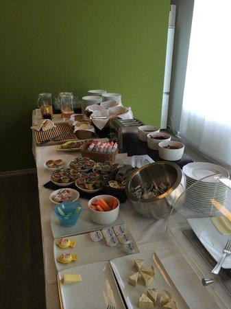Hotel Villa Enrica: müsli, eier, brötchen, obst, saft, alles da