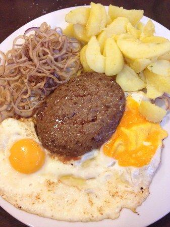 Hotel Monaco: Piatto semplice e raffinato, hamburger d'angus con uovo al tegamino, frittura in pastella di cip