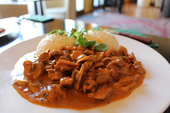 Zeleny Rodrigez: Slices of chicken leg with chilli, mushrooms and cream sauce, rice