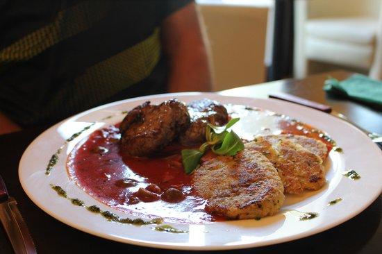 Zeleny Rodrigez: Pork medallions with tomatoe ragu sauce and olives