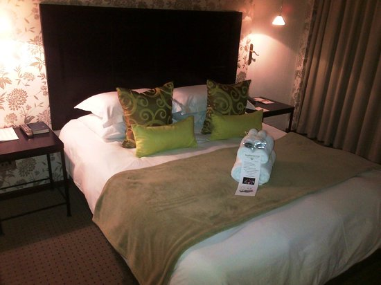 Feathers Lodge Boutique Hotel : Our bedroom with a view on the pool and garden area