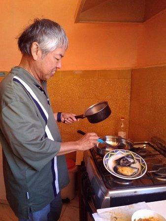 Hostal NuevaMente : Cooking at the hostal's kitchen