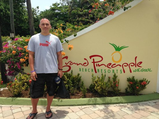 Grand Pineapple Beach Negril : Front entrance of resort