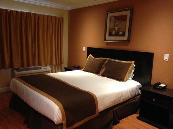 Monterey Surf Inn : One King Bed