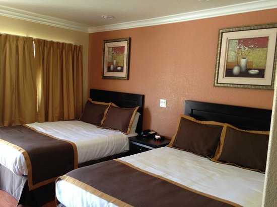 Monterey Surf Inn: Two Queen Bed