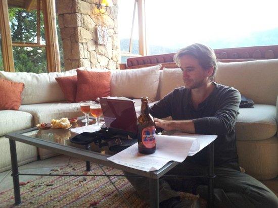 Peninsula Petit Hotel : Salon, estancia junto a recepción. perfecto para trabajar y unas cervezas