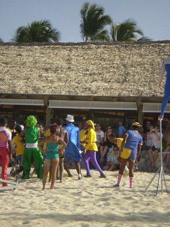Iberostar Dominicana Hotel: staff de animacion - circo en la playa