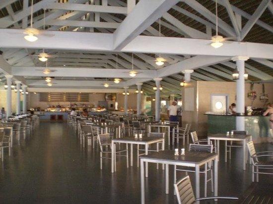 Iberostar Dominicana Hotel : Restaurant la marimba, desyuno, almuerzo buffet y snacks,  junto a la playa, a la noche a la car