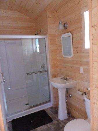 Horseblock Point Cottages : salle de bain avec douche