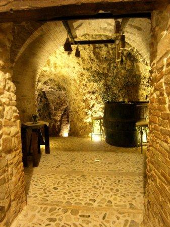 Verucchio, Italy: Grotte medievali in roccia calcarea con possibilità di visita e degustazione prodotti tipici