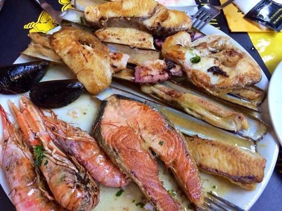 El cochinillo loco : frischer Fisch bei der Meeresfrüchteplatte