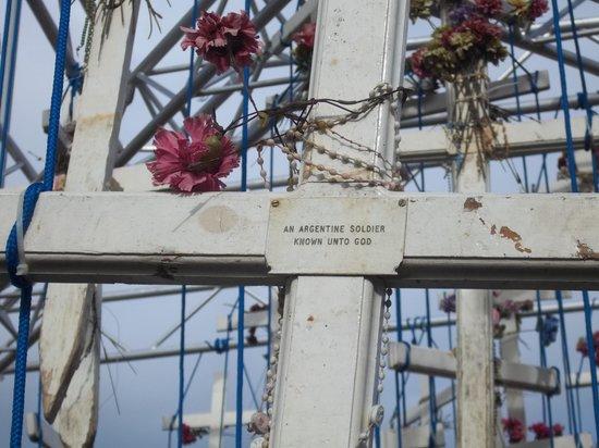 Plaza Malvinas : Las cruces originales de las tumbas argentinas en Malvinas.