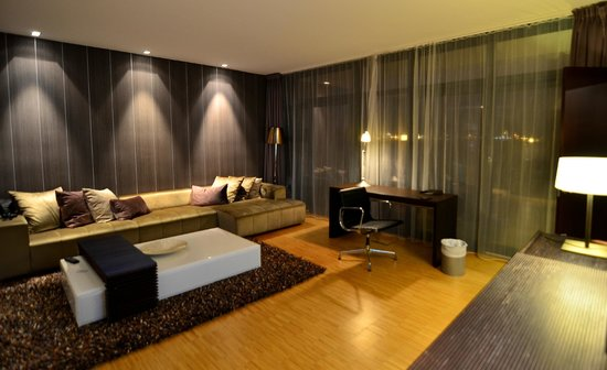 Farris Bad Hotel: Livingroom with sofa and office desk