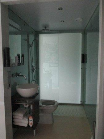Qbic Hotel Amsterdam WTC: Open bathroom