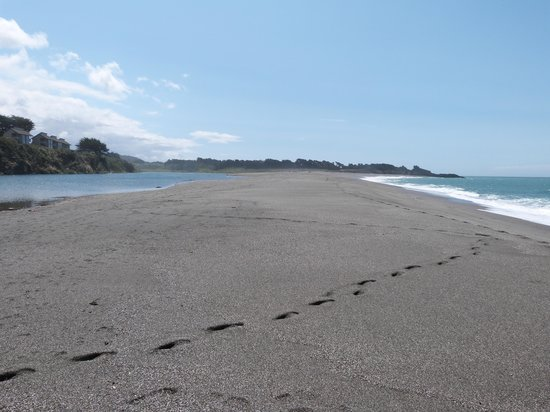 Seacliff Motel on the Bluff : Taking a walk on the sand between the ocean and the river
