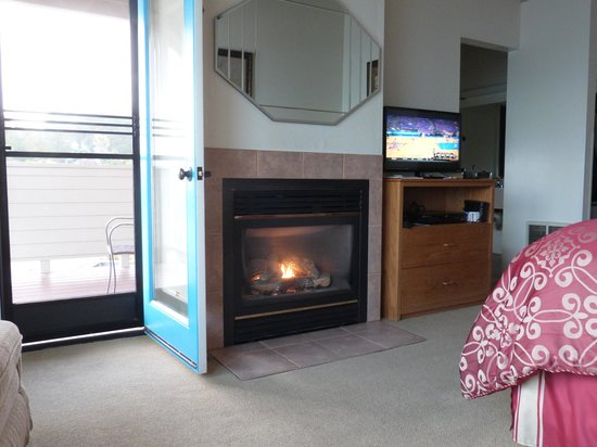 Seacliff Motel on the Bluff : close up of door, fireplace and tv/dresser