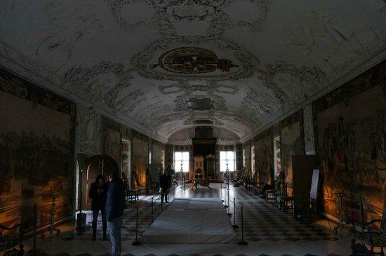Castillo de Rosenborg: A dark throne hall.