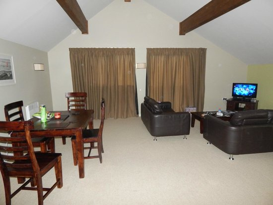 Bluestone National Park Resort: Living room and dining area