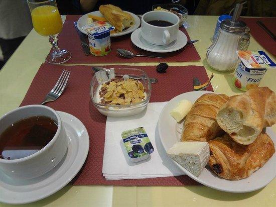 Touring Hotel: ホテルの朝食。他にチーズやスクランブルエッグ、ヨーグルトがありました