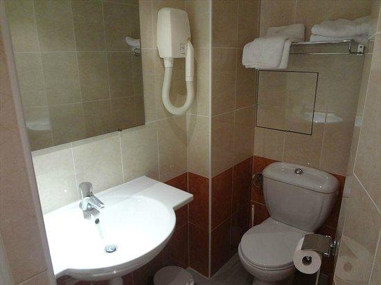 Touring Hotel : バスルームは清潔です