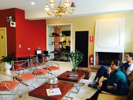 Leon de Oro Inn & Suites: Recepción del hotel