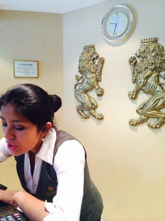 Leon de Oro Inn & Suites : La mejor recepcionista