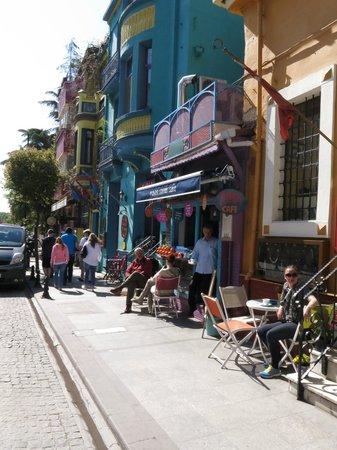 The Istanbul Hotel: Cafes e lojas em frente ao hotel