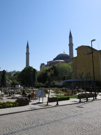 The Istanbul Hotel: Cafe e pequena praça do lado do Hotel