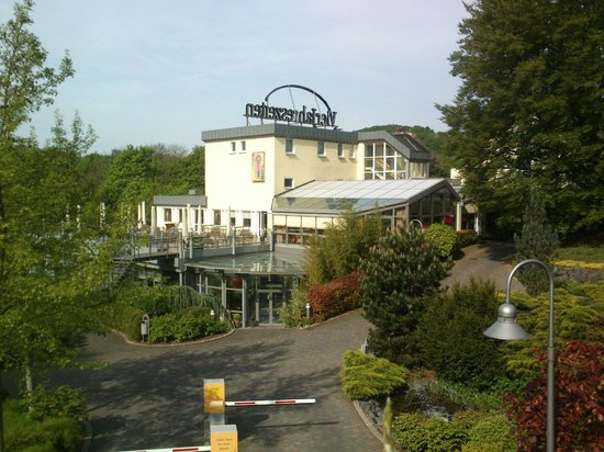 Hotel VierJahreszeiten Iserlohn: Hotellet sett ifra parkeringen