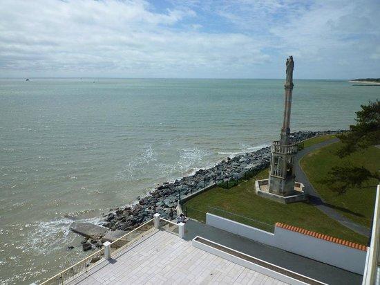 Hotel Les Brises : La mer à marée haute, le ressac comme seul bruit