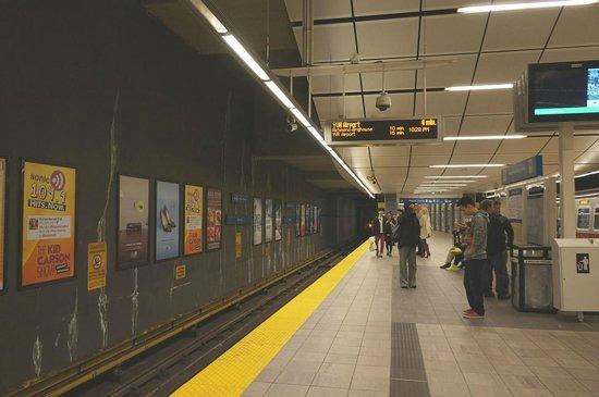 SkyTrain: 土曜22:20頃のウォーターフロント駅構内で電車待ちの雰囲気