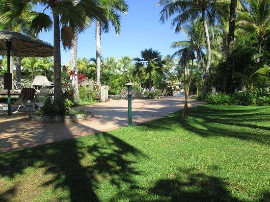 Outrigger Fiji Beach Resort : Grounds near main pool