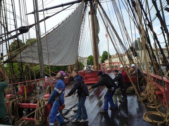 Association Hermione-La Fayette : L'équipage de la frégate s'entraîne à hisser les voiles