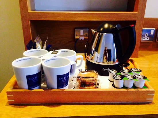 Big Blue Hotel : Tea and coffee making facilities in bedroom and biscuits :)