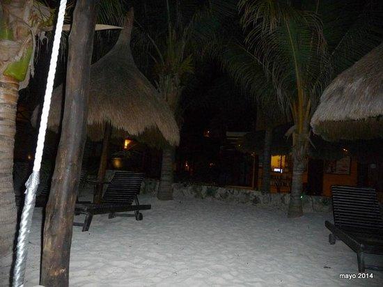 Holbox Dream Hotel by Xperience Hotels: disfrutando la noche en la playa, sobre sus camastros
