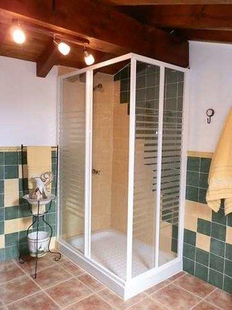 Casa Rural Los Abuelos: Ducha baño en suite habitación primera planta