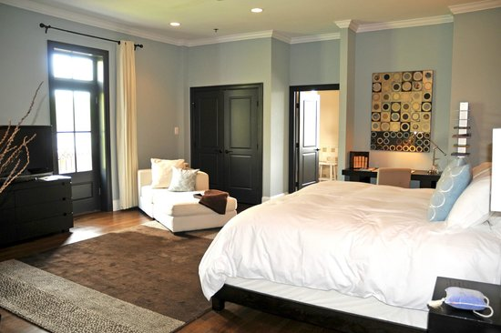 Suites at 249 : Spacious Room