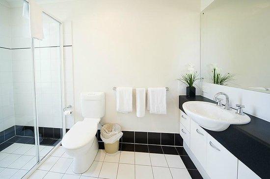 RNR Serviced Apartments Adelaide: Main bathroom