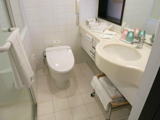 JR Tower Hotel Nikko Sapporo: トイレ(左側にバスルーム)は清潔です