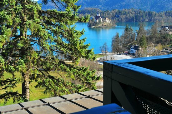 Hotel Triglav Bled: View of the lake and Bled Island from our room balcony
