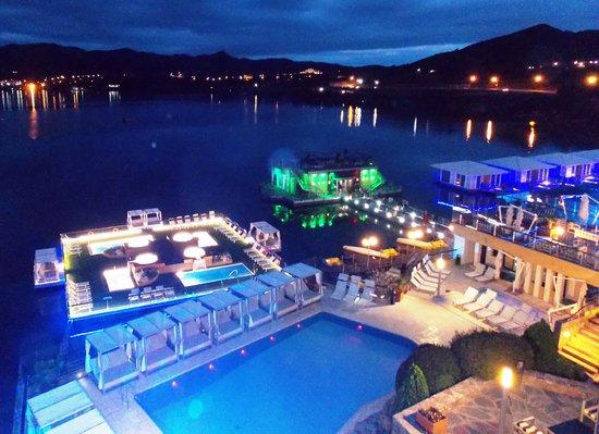 Hotel Potrero de Los Funes: Vista nocturna a la confitería flotante