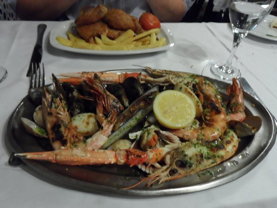 Los Caracoles : Main courses - shelfish platter and rotissarie chicken